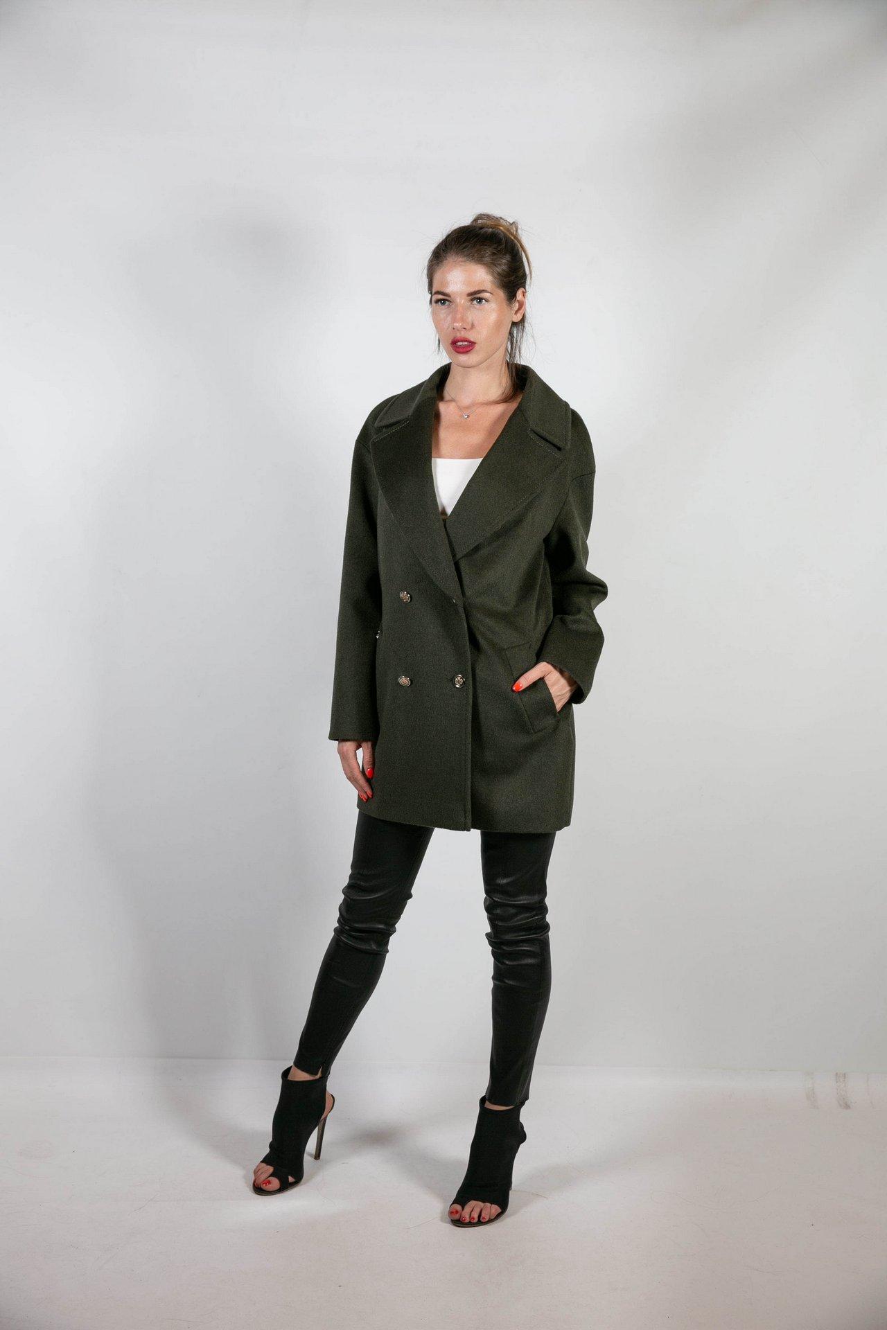 Базовое пальто темно-зеленого цвета 1