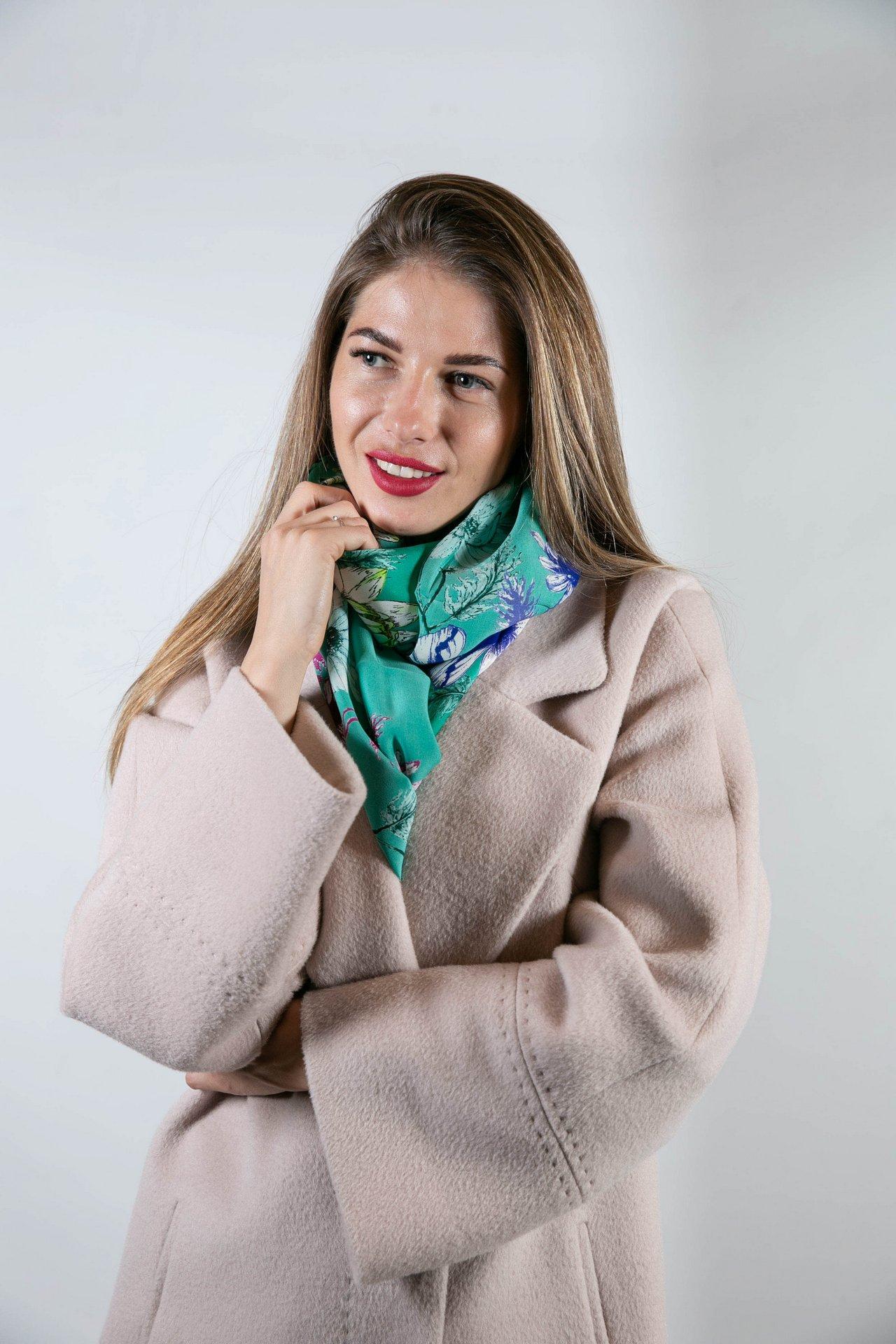 Шелковый зеленый шарф с цветочным орнаментом 1