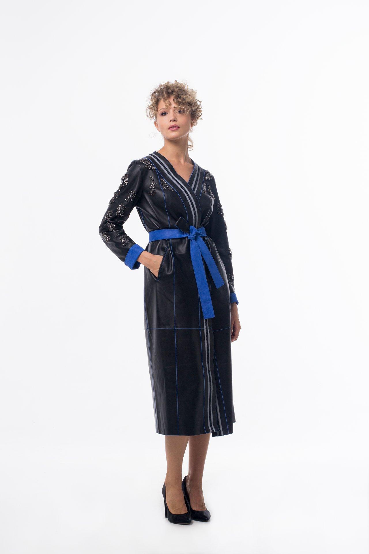 Кожаный плащ по типу халата с ручной вышивкой стразами 1