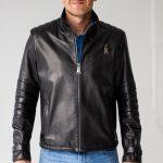 Кожаная куртка с декором на рукавах 2