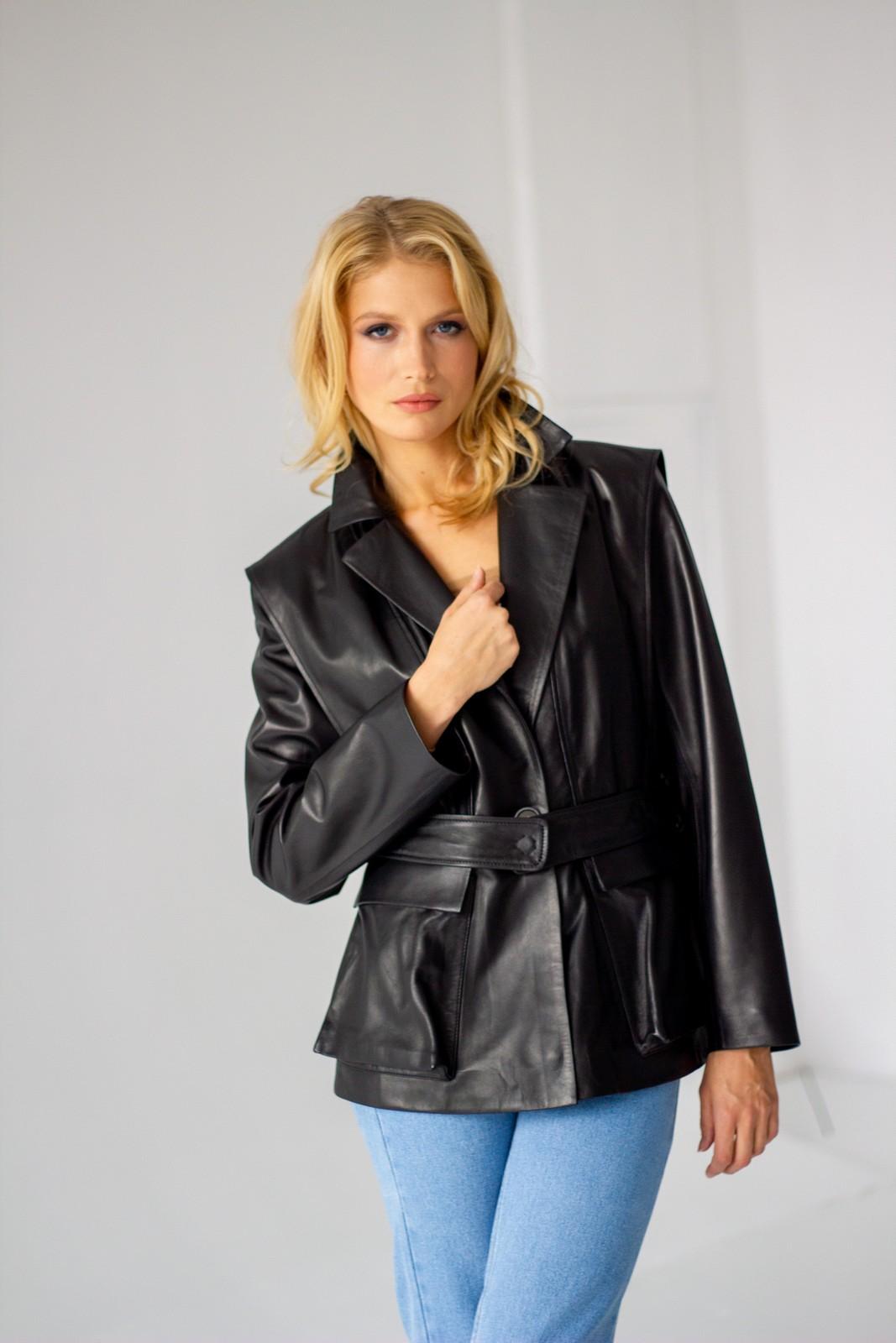 Удлиненная кожаная куртка под пояс 1