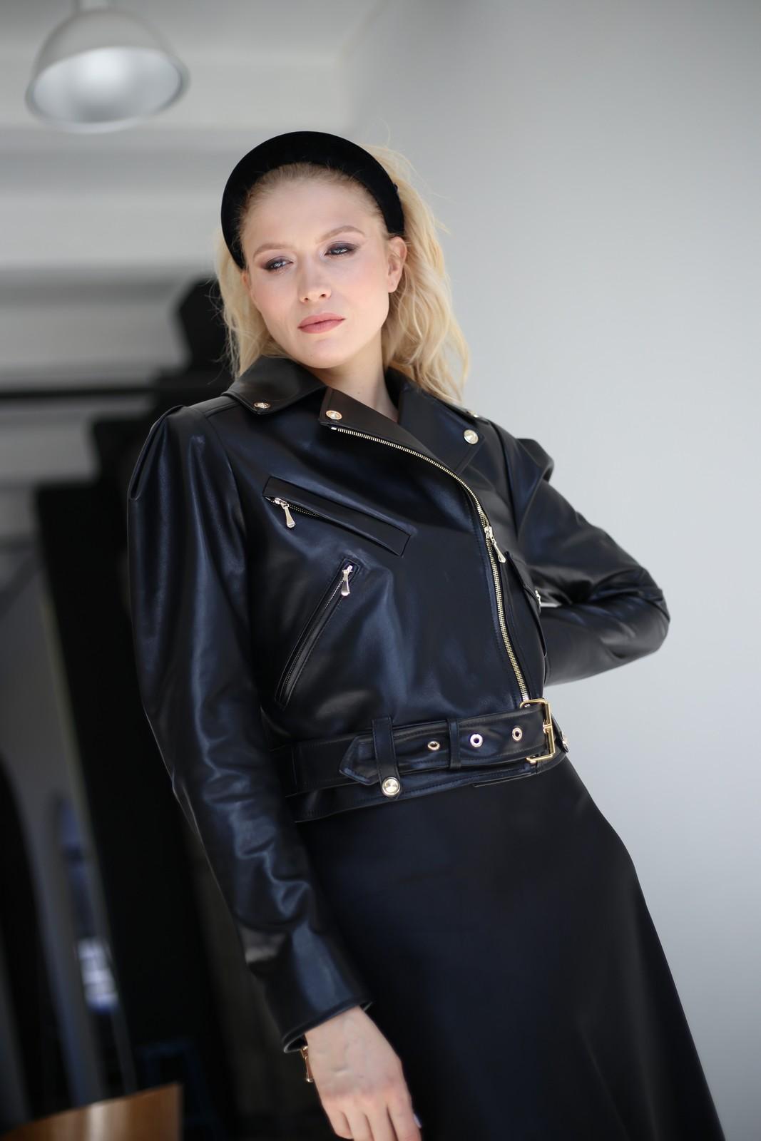 Куртка – косуха из натуральной кожи классического черного цвета 1