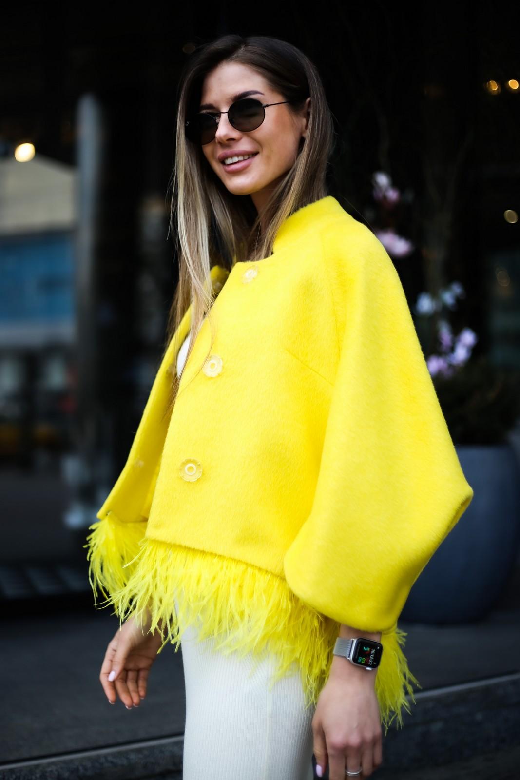 Яркое и солнечное пальто из натуральной шерсти 1