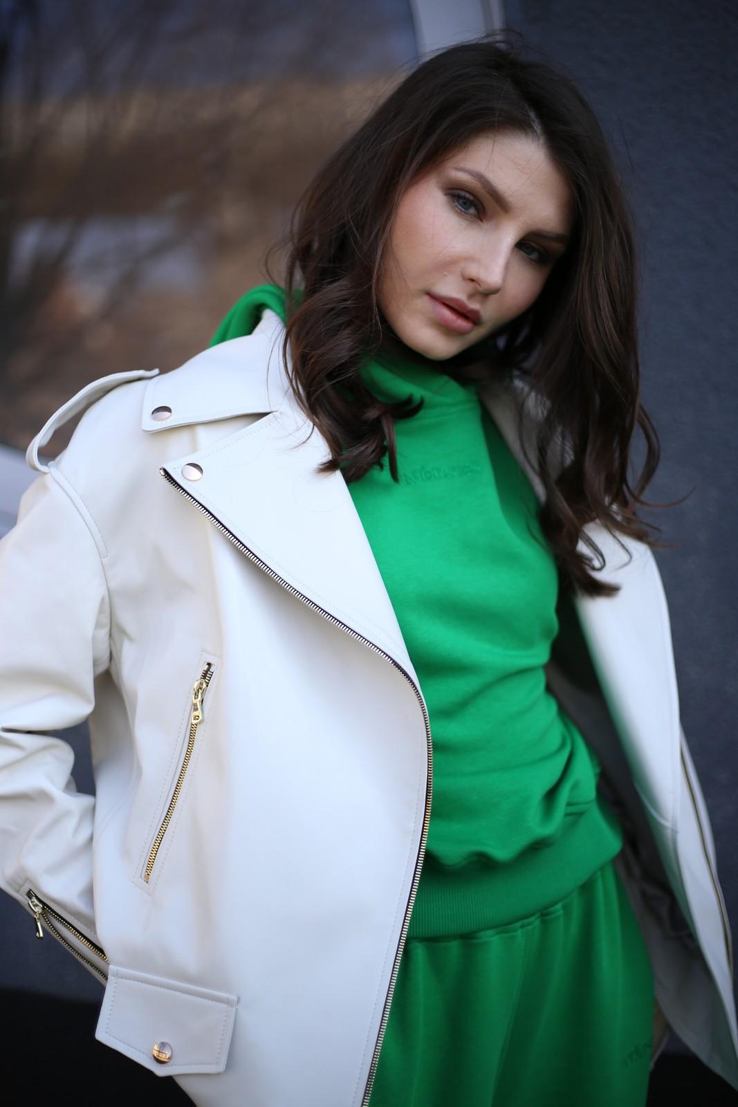 Куртка - косуха из натуральной кожи белого цвета 1